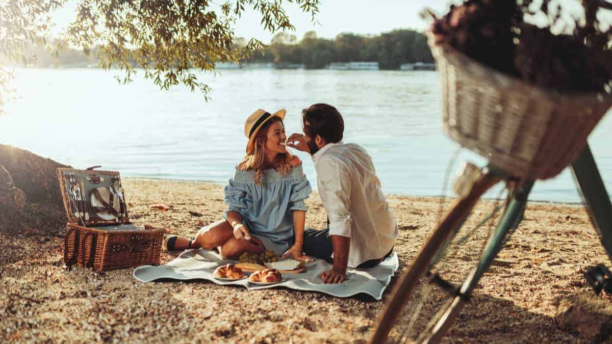 5 Essential Items to Bring on a Picnic Date